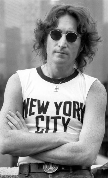 """Lennon com camiseta sem mangas com o nome """"New York City"""" estampado, usada por ele em uma das fotos mais populares da cidade nos anos 1970. Artista foi morto em frente ao edifício em que morava, em Nova York, em 8 de dezembro de 1980 Foto: Agência O Globo"""