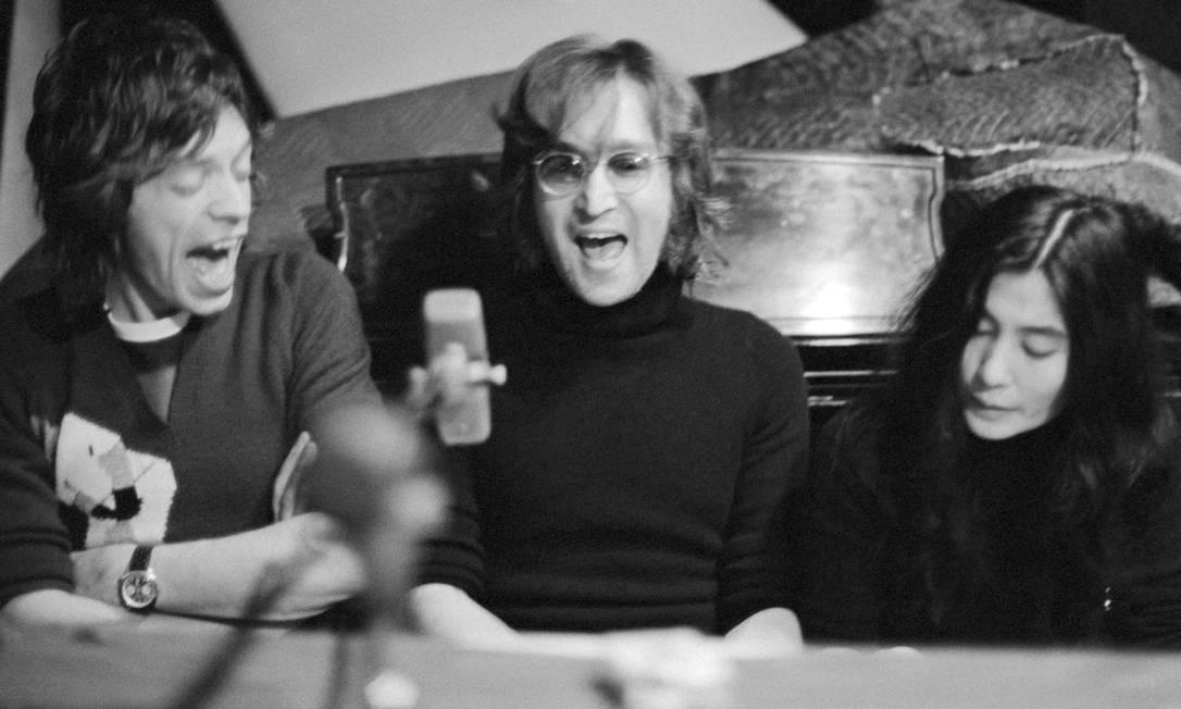 Mick Jagger, John Lennon e Yoko Ono, no Estúdio Record Plant, Nova York, em 1972 Foto: Bob Gruen / Divulgação