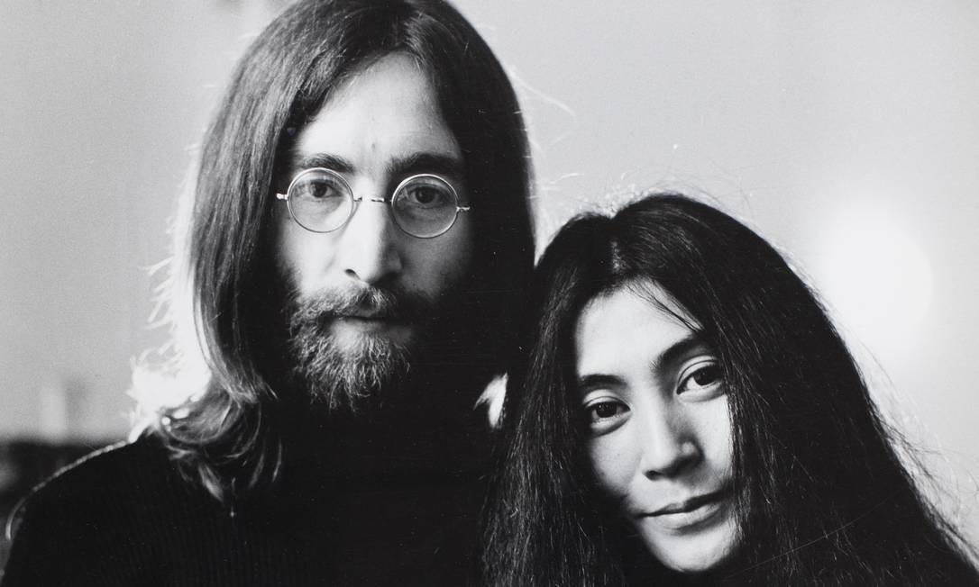 O cantor John Lennon e a mulher, Yoko Ono Foto: Divulgação