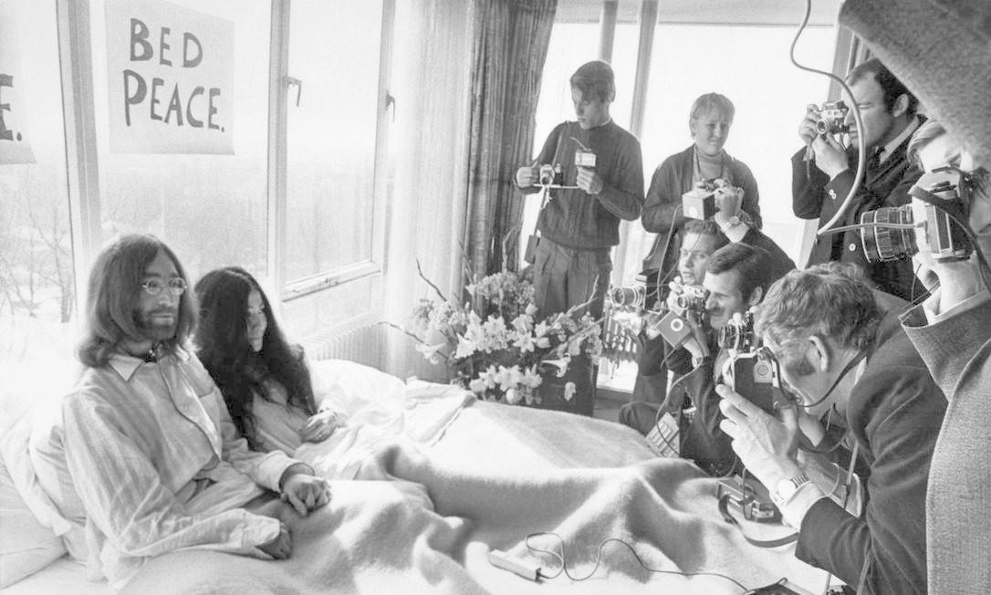 Lennon e Yoko Ono recebem jornalistas em março de 1969, no quarto do hotel Hilton, em Amsterdã, durante lua de mel na Europa Foto: Agência AFP / AFP