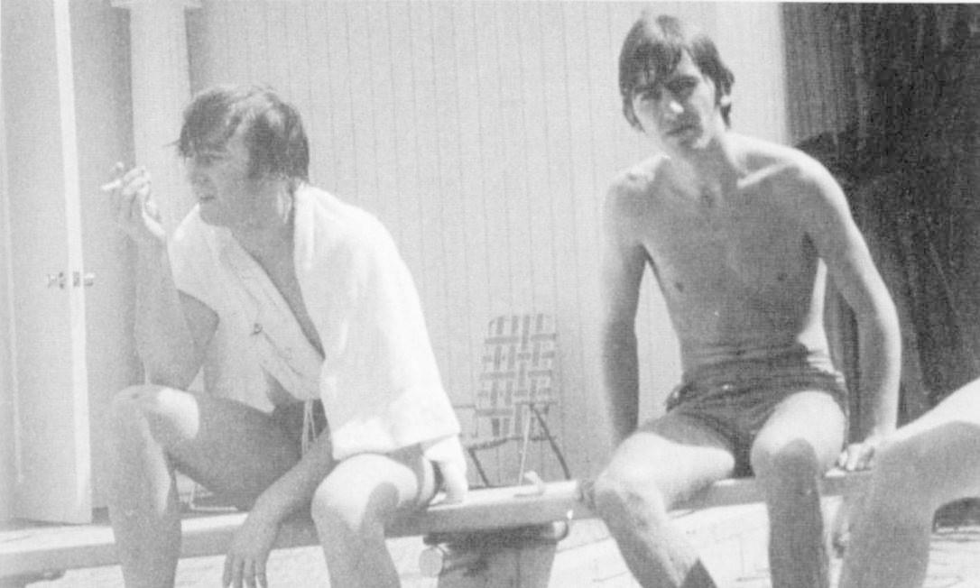 John Lennon em momento de descontração com George Harrison Foto: Em branco / Divulgação