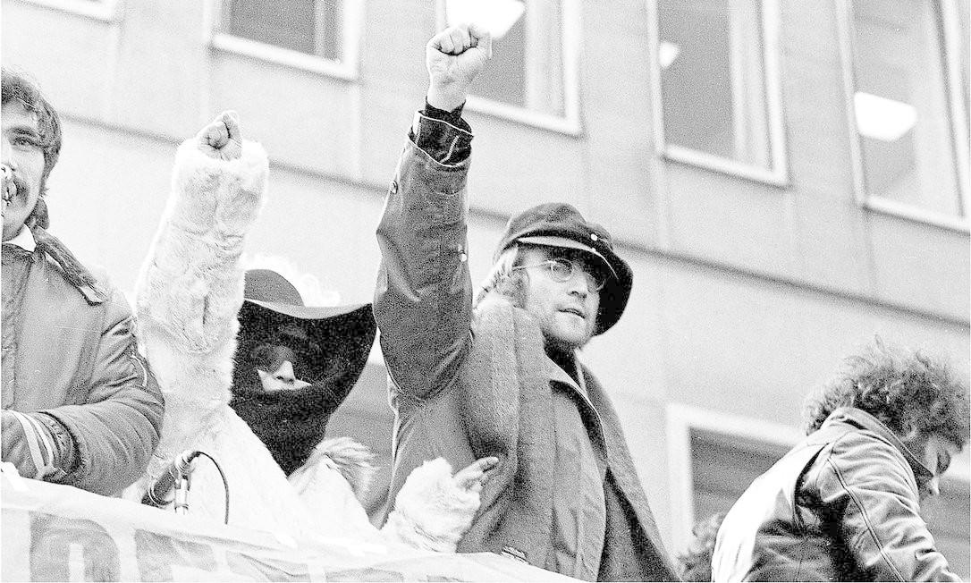 Lennon e Yoko protestam na cidade de Nova York, em 1972. Ato pedia a retirada das tropas britânicas da Irlanda depois dos distúrbios do Domingo Sangrento Foto: Ron Frehm / Divulgação