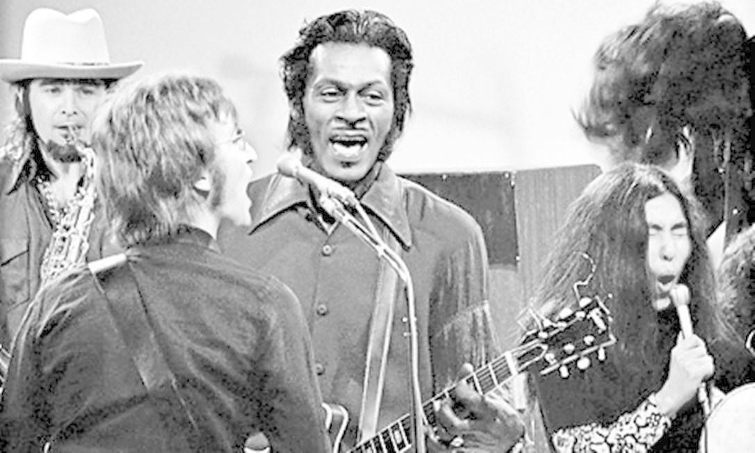 SC - John Lennon e Chuck Berry se apresentam no Mike Douglas Show, em 1972, acompanhados por Yoko, Stan Bronstein e Jerry Rubin (nos bongôs) Foto: Jeff Albertson / Divulgação