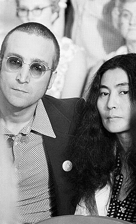 John Lennon, de cabelo raspado, e Yoko, durante as audiências de Watergate, em junho de 1973 Foto: Bettmann / Divulgação