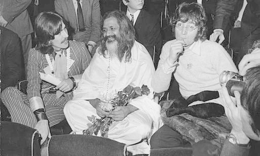 """Maharishi Mahesh Yogi, considerado o """"pai espiritual"""" dos Beatles, entre George Harrison, à esquerda, e Lennon, durante a gala da UNICEF, no Palais du Chaillot, em Paris, em dezembro de 1967 Foto: Reprodução"""