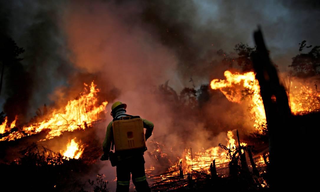 Brigadista do Ibama atua contra queima em Apuí, no Amazonas Foto: Ueslei Marcelino/REUTERS/11-8-2020