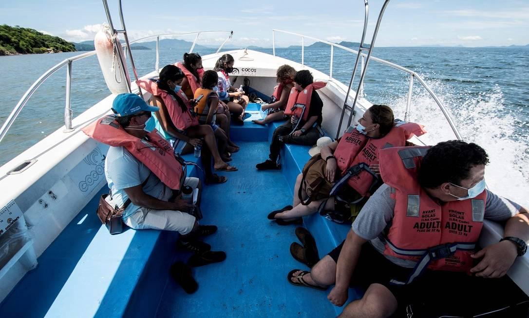 Barcos como este levam os reduzidos grupos de turistas ao Parque Nacional da Ilha San Lucas, onde estão as ruínas daquela que foi uma das mais temidas colônias penais da Costa Rica Foto: Ezequiel Becerra / AFP