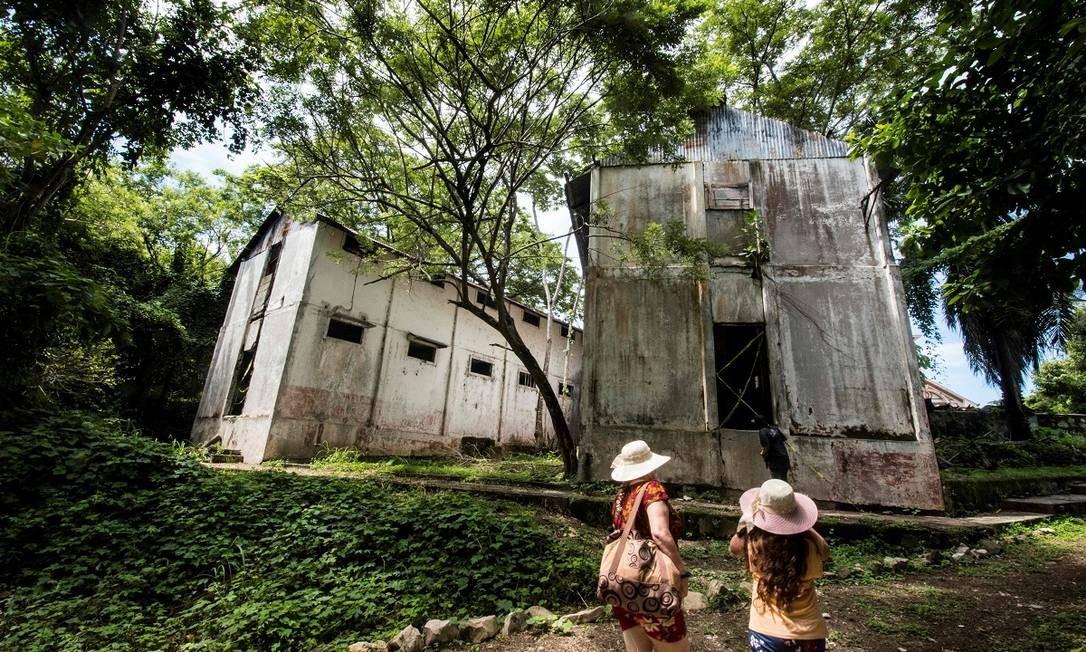 Turistas visitam a antiga prisão de Ilha San Lucas, que foi um dos centros de detenção mais temidas das Costa Rica Foto: Ezequiel Becerra / AFP