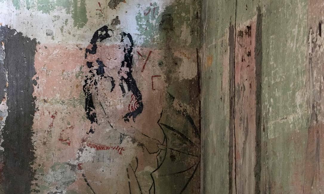 Dentro das celas ainda é possível ver alguns dos desenhos feitos pelos presos e que ajudam a contar a história desse passado sombrio da Ilha San Lucas, na Costa Rica Foto: Ezequiel Becerra / AFP