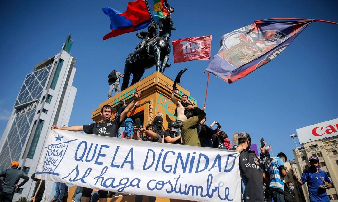 Manifestantes retomam a estátua do general Baquedano, em protesto contra caso do jovem jogado por um policial no Rio Mapocho Foto: Javier Torres / AFP/3-10-2020