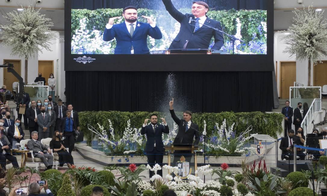 Bolsonaro acena durante culto em homenagem ao pastor Wellington Bezerra da Costa, em São Paulo, no último dia 5 de outubro Foto: Edilson Dantas / Agência O Globo