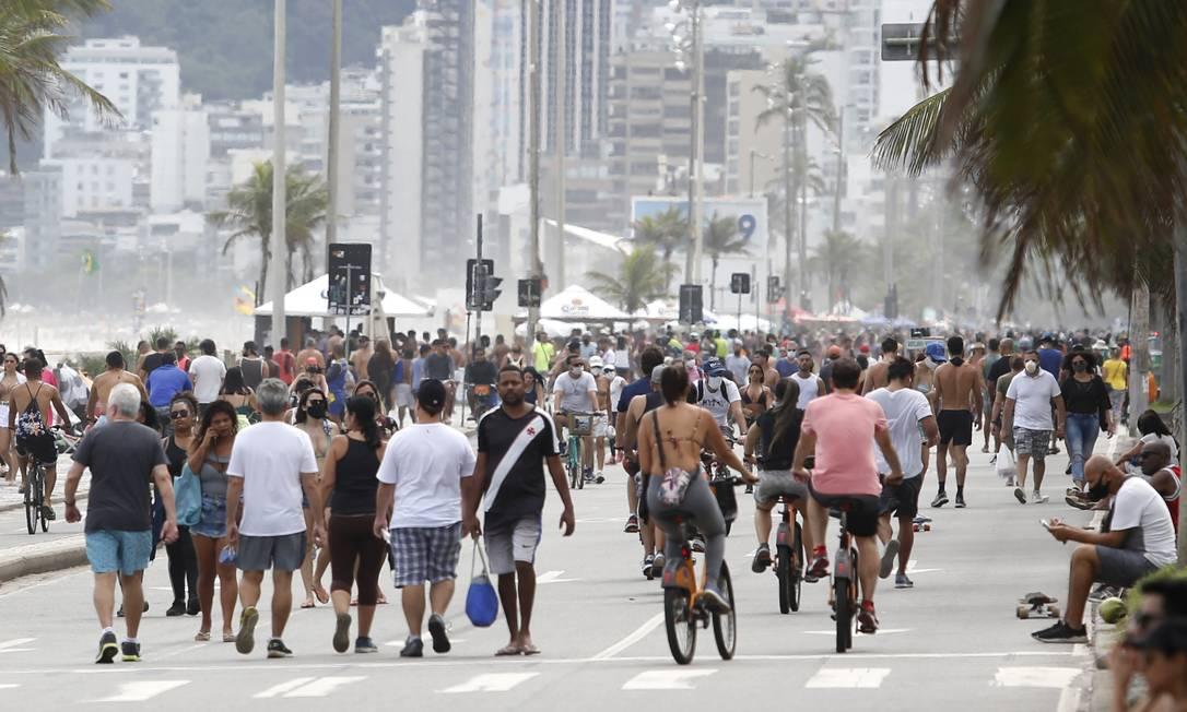 Apesar da pandemiae do tempo nublado, Praia de Ipanema registrou um bom público neste domingo Foto: Fabio Rossi