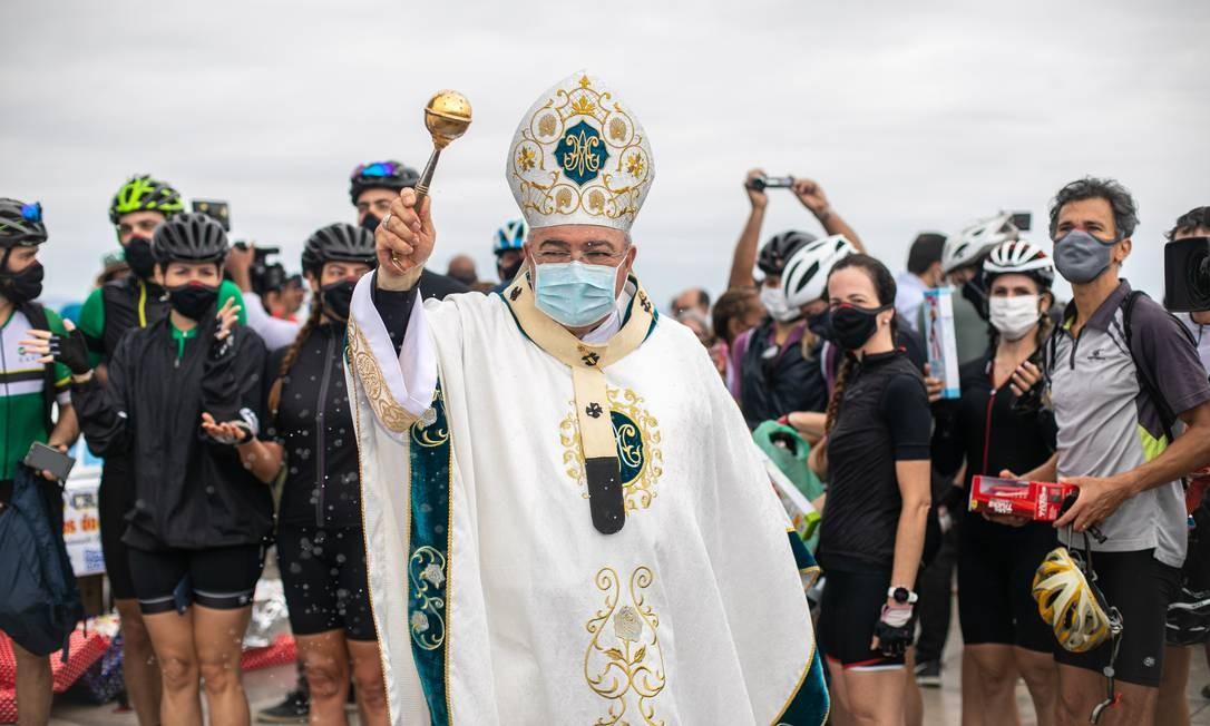 Dom Orani Tempesta abençoa visitantes no aniversário de 89 anos do Cristo Redentor Foto: Brenno Carvalho / Agência O Globo