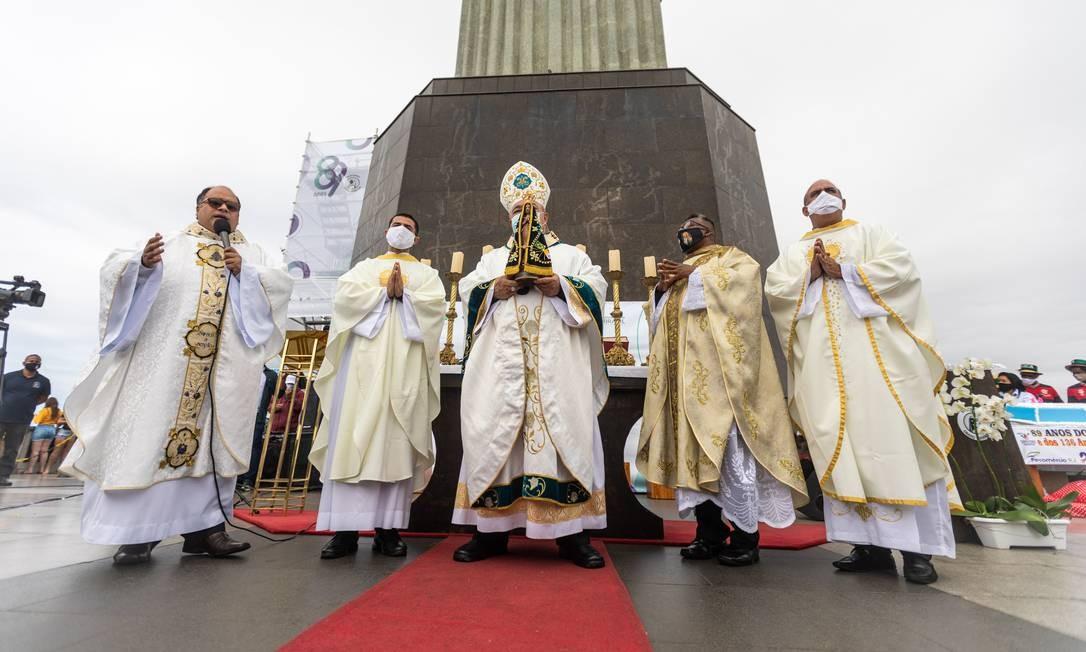 Orani Tempesta segura imagem de Nossa Senhora Aparecida durante a Santa Missa Foto: Brenno Carvalho / Agência O Globo