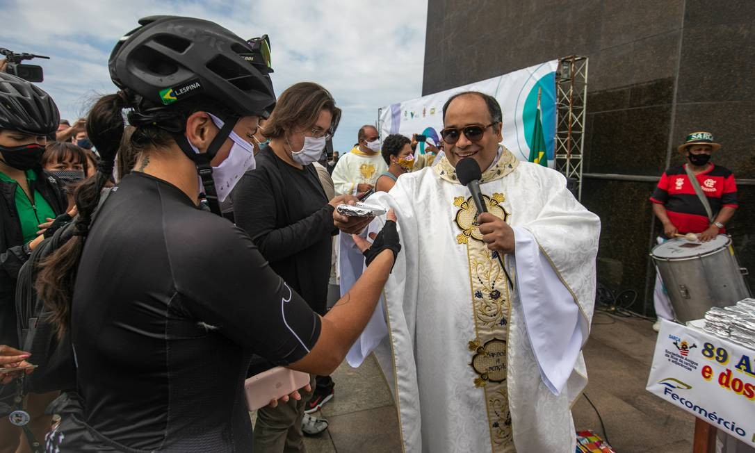 Em razão da pandemia de Covid-19, as fatias do tradicional bolo comemorativo foram embaladas individualmente Foto: Brenno Carvalho / Agência O Globo