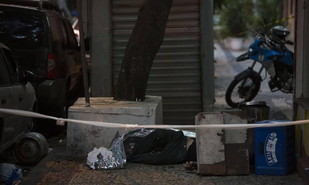 Ambulante morto por botijão de gás arremessado de apartamento estaria sentado em banco de concreto no momento do crime, dizem testemunhas Foto: Guito Moreto