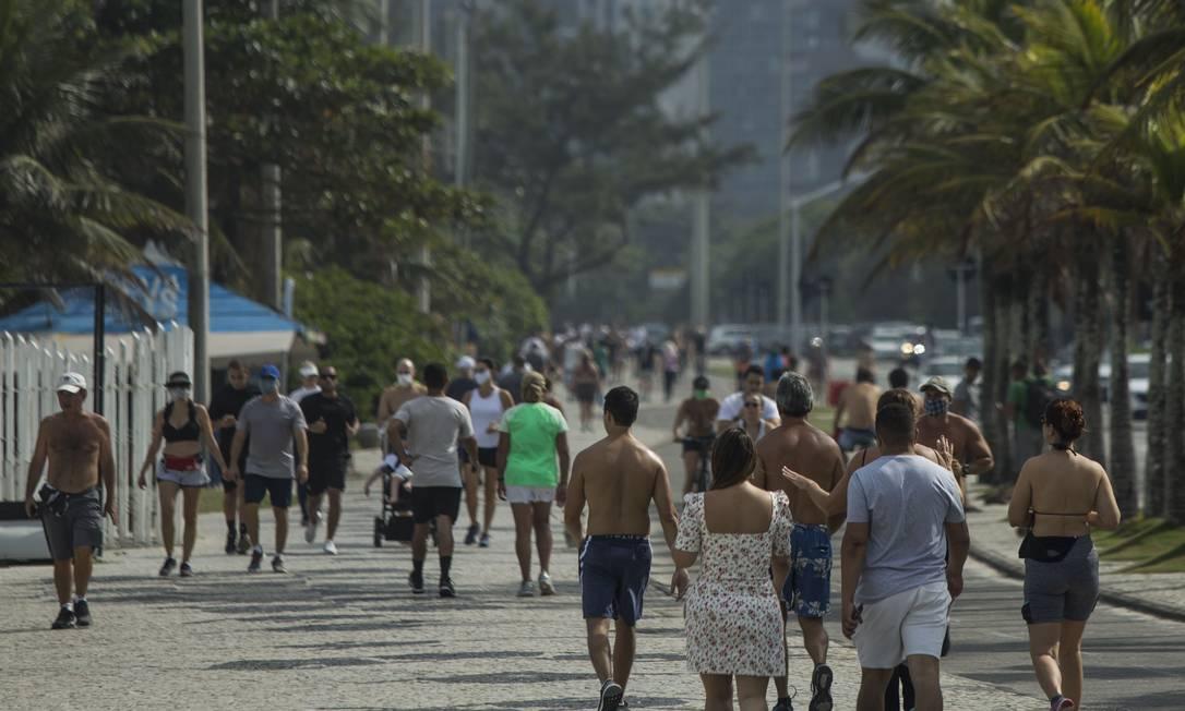 Praia da Barra ficou movimentada neste domingo Foto: Guito Moreto / Agência O Globo