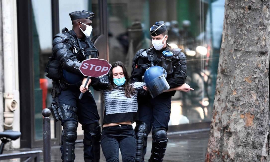 Ativista do grupo Rebelião da Extinção é detido por policiais durante protesto em frente ao Ministério da Ecologia, em Paris Foto: STEPHANE DE SAKUTIN / AFP