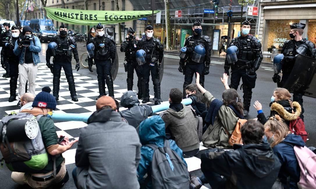Polícia francesa reprimiu protesto e deteve parte dos manifestantes Foto: STEPHANE DE SAKUTIN / AFP