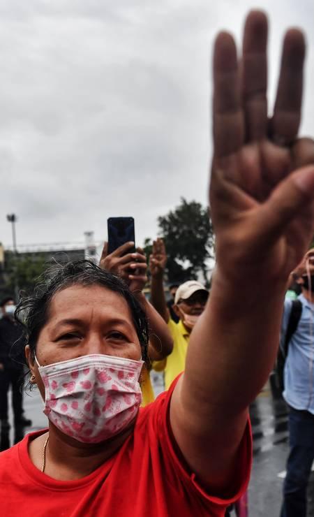 Saudação de três dedos virou símbolo do levante popular na Tailândia. O gesto é usado por desertores na franquia de cinema 'Jogos Vorazes' Foto: LILLIAN SUWANRUMPHA / AFP