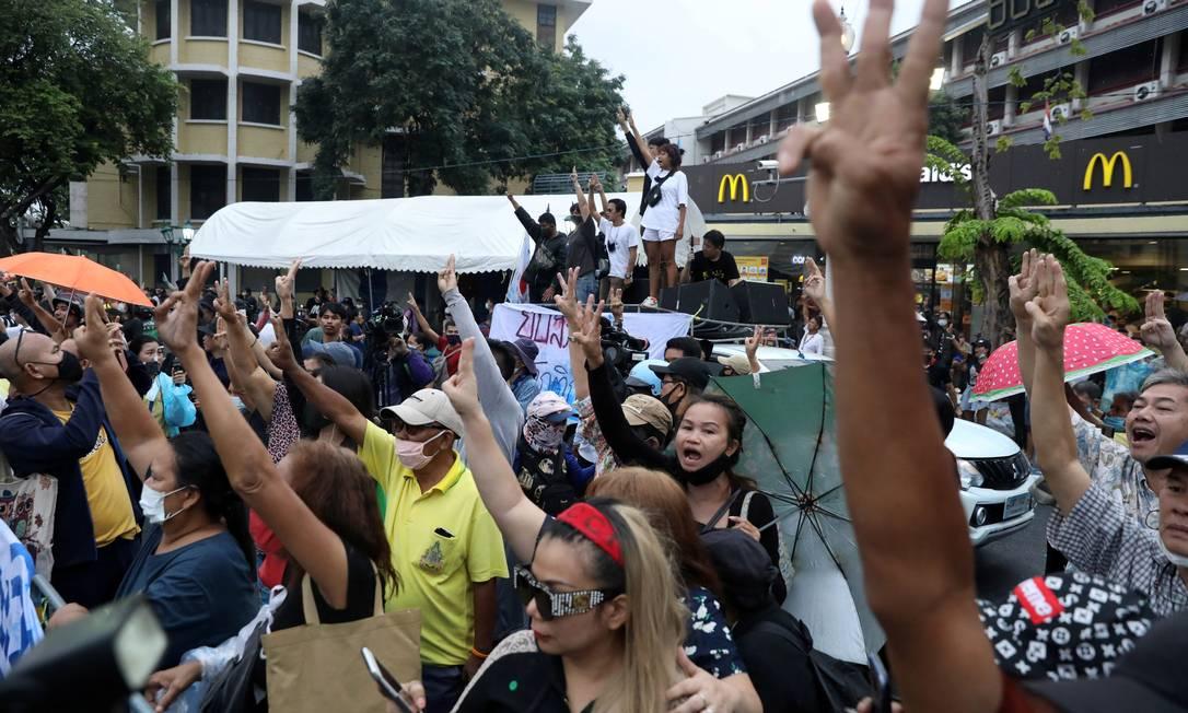 Em 13 de outubro, durante um protesto espontâneo no aniversário da morte do rei Bhumibol Adulyadej, ativistas pró-democracia fizeram saudação de três dedos na frente ao comboio do atual rei, Maha Vajiralongkorn, em sua passagem nas ruas de Bangcoc Foto: SOE ZEYA TUN / REUTERS