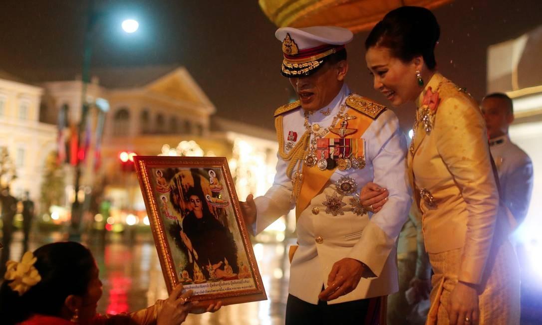 O Rei Maha Vajiralongkorn e a Rainha Suthida da Tailândia cumprimentam apoiadores monarquistas que se reuniram em frente ao Grande Palácio para comemorar o 4º aniversário da morte do falecido rei Bhumibol Adulyadej, em Bangkok, Tailândia, em 13 de outubro de 2020. REUTERS / Jorge Silva Foto: JORGE SILVA / REUTERS