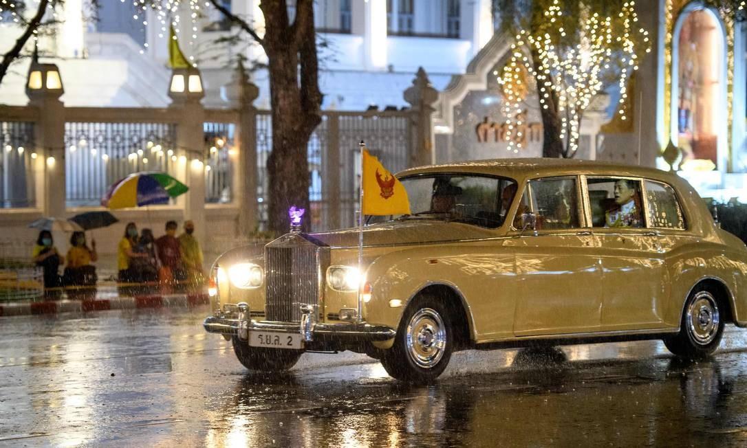 O rei Maha Vajiralongkorn da Tailândia deixa o Grande Palácio com a Rainha Suthida e a Princesa Bajrakitiyabha após uma cerimônia para marcar o quarto aniversário da morte do rei tailandês Bhumibol Adulyadej Foto: MLADEN ANTONOV / AFP