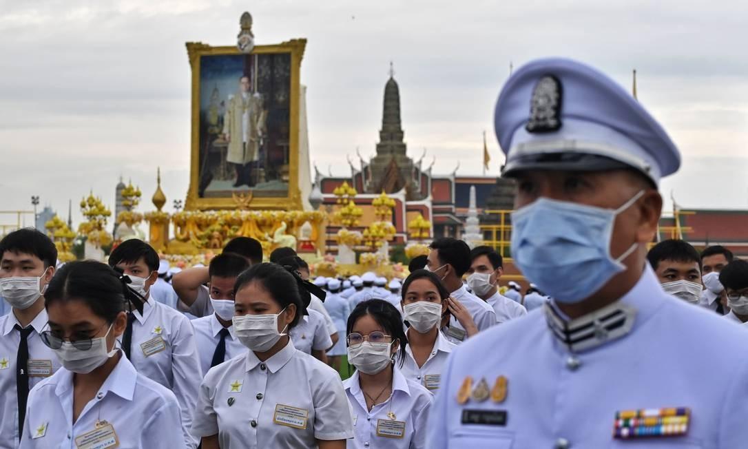 Cadetes e oficiais das forças armadas se reúnem em frente a um retrato do falecido rei tailandês Bhumibol Adulyadej, durante a cerimônia pelo quarto aniversário de sua morte, em frente ao Grande Palácio de Bangcoc Foto: LILLIAN SUWANRUMPHA / AFP