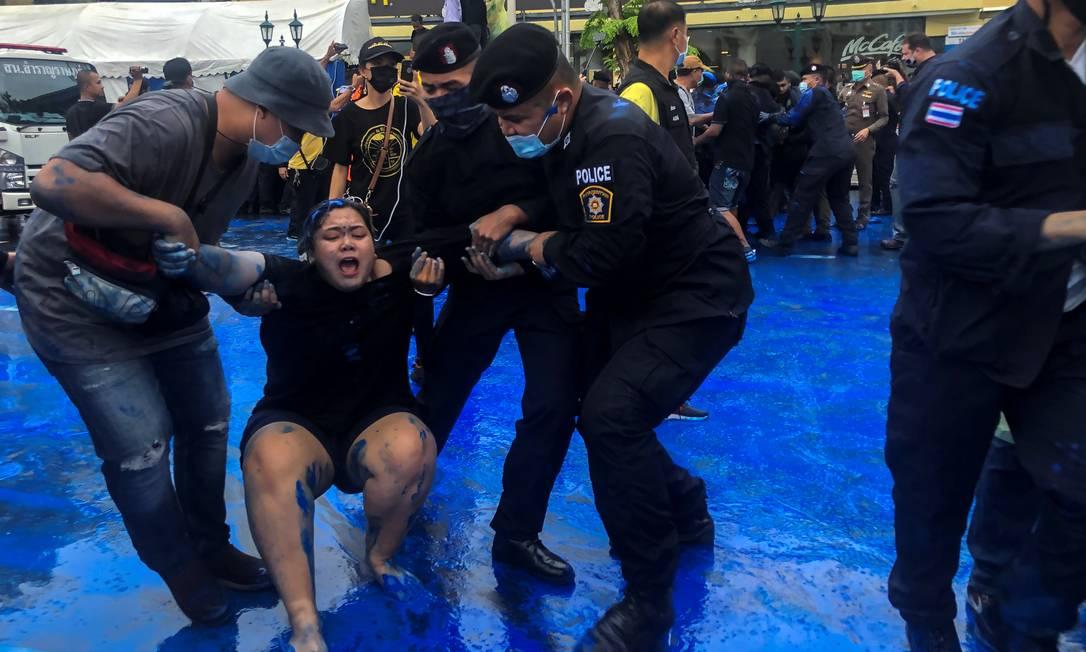Policiais prendem manifestante pró-democracia em Bangcoc Foto: Kay Johnson / Reuters
