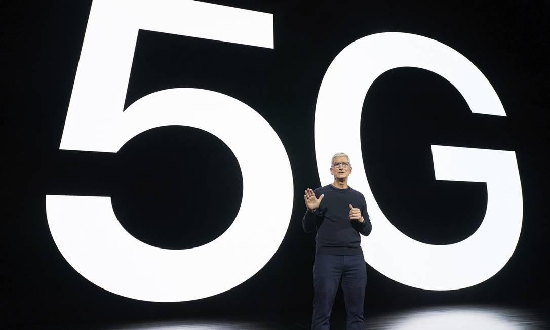 O CEO da Apple, Tim Cook, apresentou a nova geração de iPhones, com quatro modelos compatíveis com o 5G Foto: Brooks Kraft / AFP