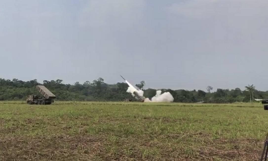Brasil testa lança foguetes em uma manobra no Amazona envolvendo mais de 3.500 militares Foto: Reprodução de vídeo / Agência O Globo