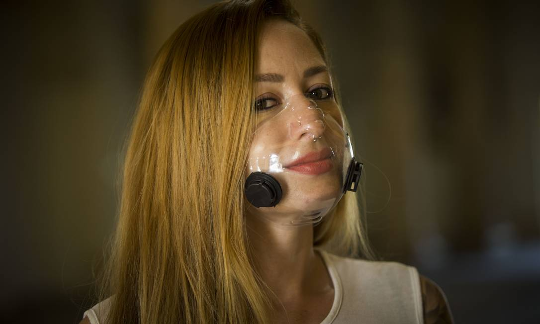 Suellen Andrade desenvolveu um modelo de máscara facial transparente Foto: Guito Moreto / Agência O Globo