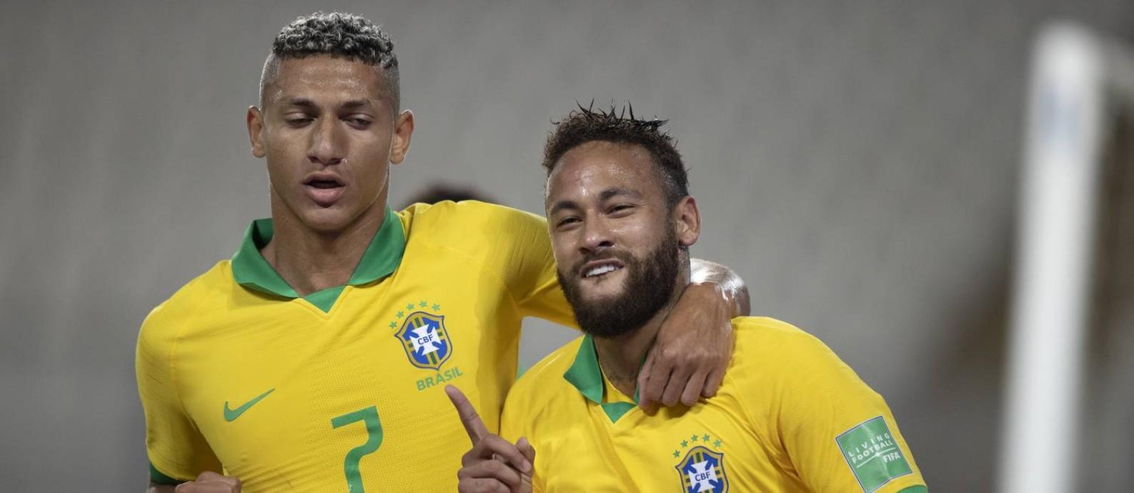 Richarlison ao lado de Neymar na vitória do Brasil sobre o Peru, em Lima Foto: Lucas Figueiredo / CBF