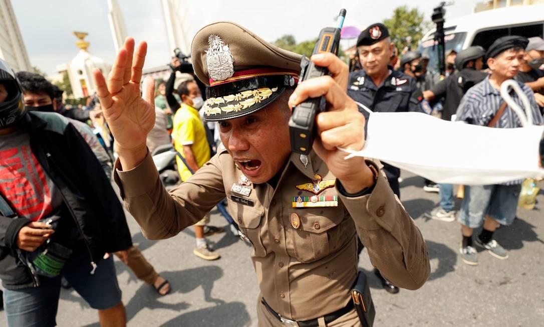 Policial reage durante confronto entre monarquistas e progressistas em manifestação, em Bangcoc Foto: JORGE SILVA / REUTERS