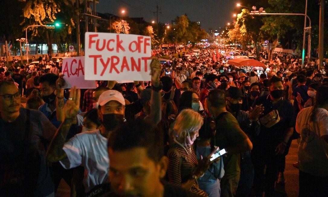 """""""Foda-se o tirano"""", diz cartaz de manifestantes na noite de terça-feira, quando começaram os protestos contra a monarquia, no dia em que a coroa celebrou aniversário de morte do último rei Foto: MLADEN ANTONOV / AFP"""