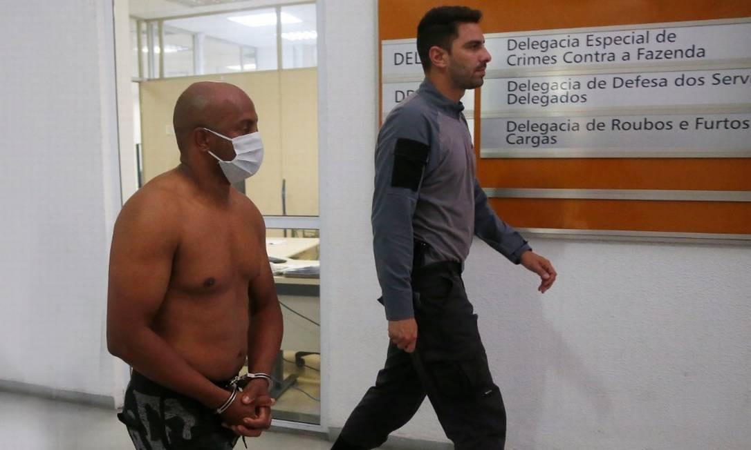 Suspeito de integrar quadrilha de furto de combustível de duto da Petrobras é levado para a Cidade da Polícia Foto: Fabiano Rocha / Agência O Globo