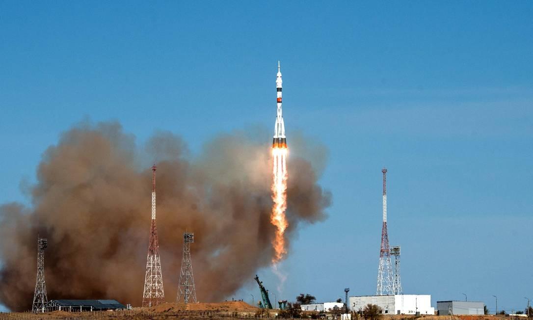 Os cosmonautas russos Serguei Ryzhikov e Serguei Kud-Sverchkov e a astronauta estadunidense Kathleen Rubins chegaram à Estação Espacial Internacional a bordo do foguete russo Soyuz MS-17 em tempo recorde. O destino, que fica a 408 km da Terra, foi alcançado em três horas e três minutos Foto: ANDREY SHELEPIN / AFP