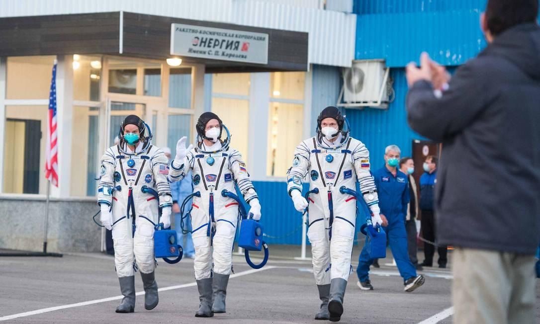 Os cosmonautas russos Serguei Ryzhikov e Serguei Kud-Sverchkov e a astronauta estadunidense Kathleen Rubins antes do lançamento, no Cosmódromo de Baikonur, no Cazaquistão Foto: ANDREY SHELEPIN / AFP