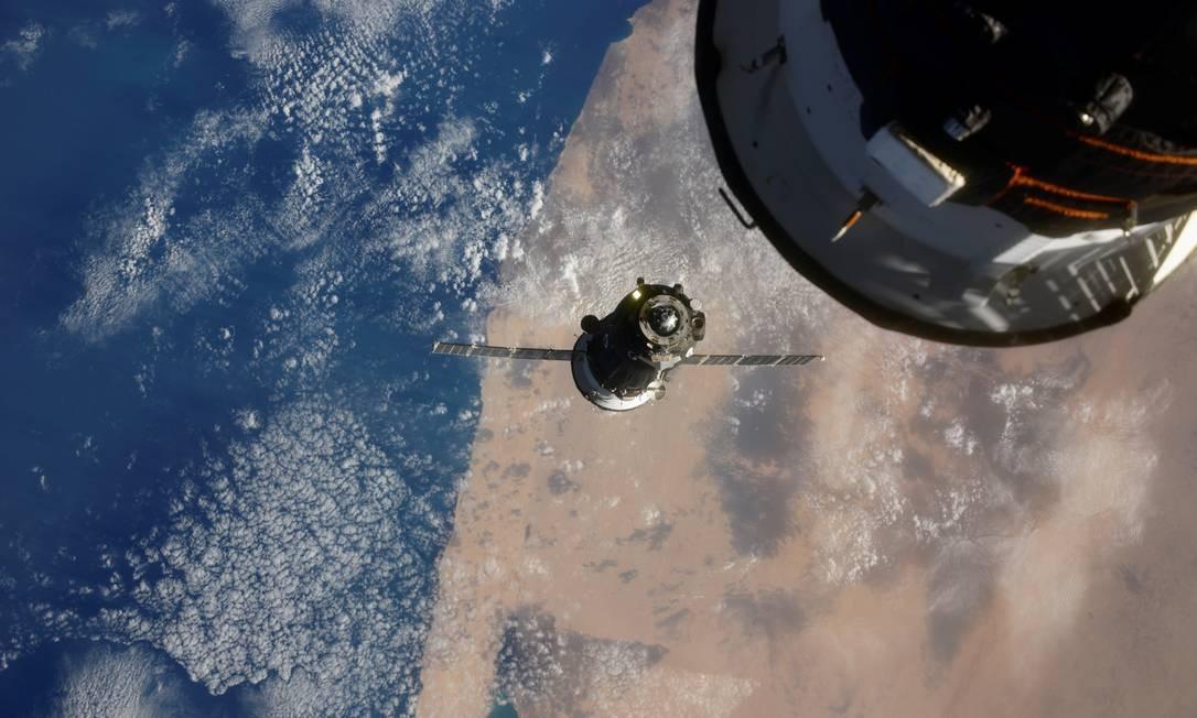 A espaçonave Soyuz MS-17 antes de atracar no módulo Rassvet da Estação Espacial Internacional (ISS), a 408 km da Terra Foto: IVAN VAGNER/RUSSIAN SPACE AGENCY / via REUTERS