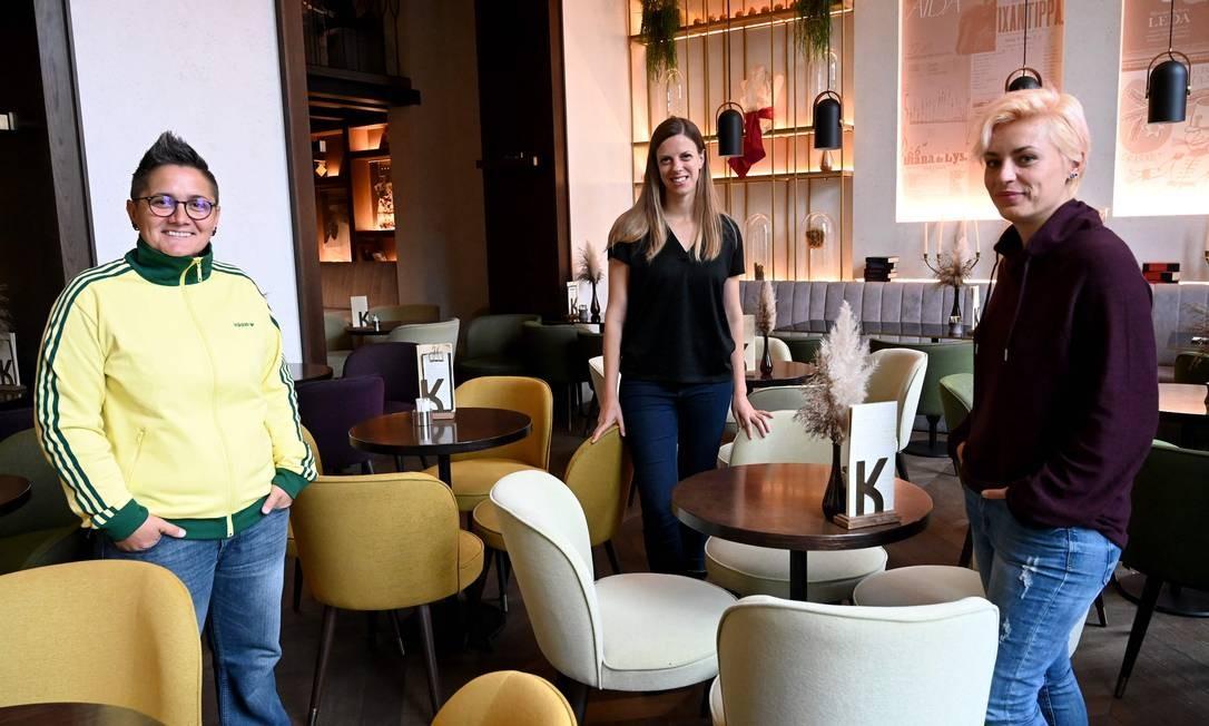 Marita Radovanovic, à direita, e Fanika Feric, à esquerda, com a diretora Ivana Marinic Kragic ao centro Foto: DENIS LOVROVIC / AFP