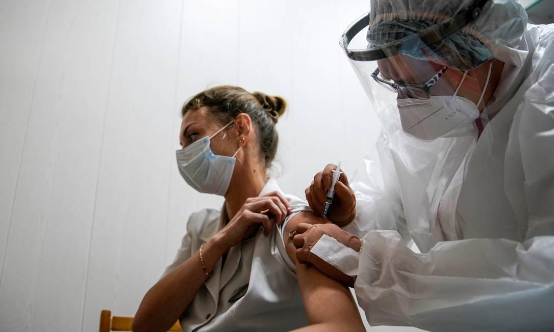 Médica é vacinada com a Sputnik V, primeira fórmula contra Covid-19 registrada na Rússia, na cidade de Tver, no Noroeste de Moscou Foto: TATYANA MAKEYEVA / REUTERS