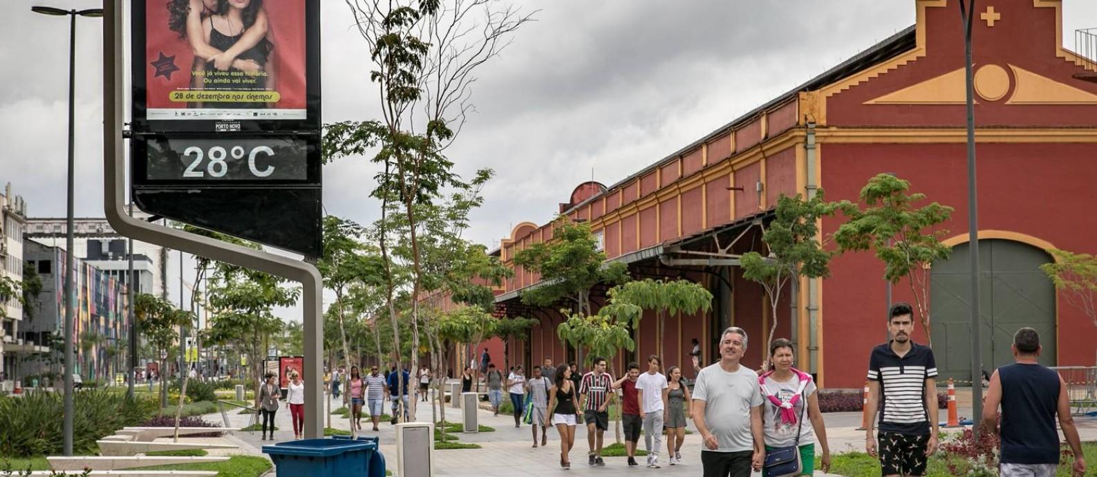 Pedestres caminham em zona livre para carros no Boulevard Olímpico, próximo à Praça Mauá, no Rio, em foto de 2018 Foto: André Horta/Fotoarena / Agência O Globo / Agência O Globo