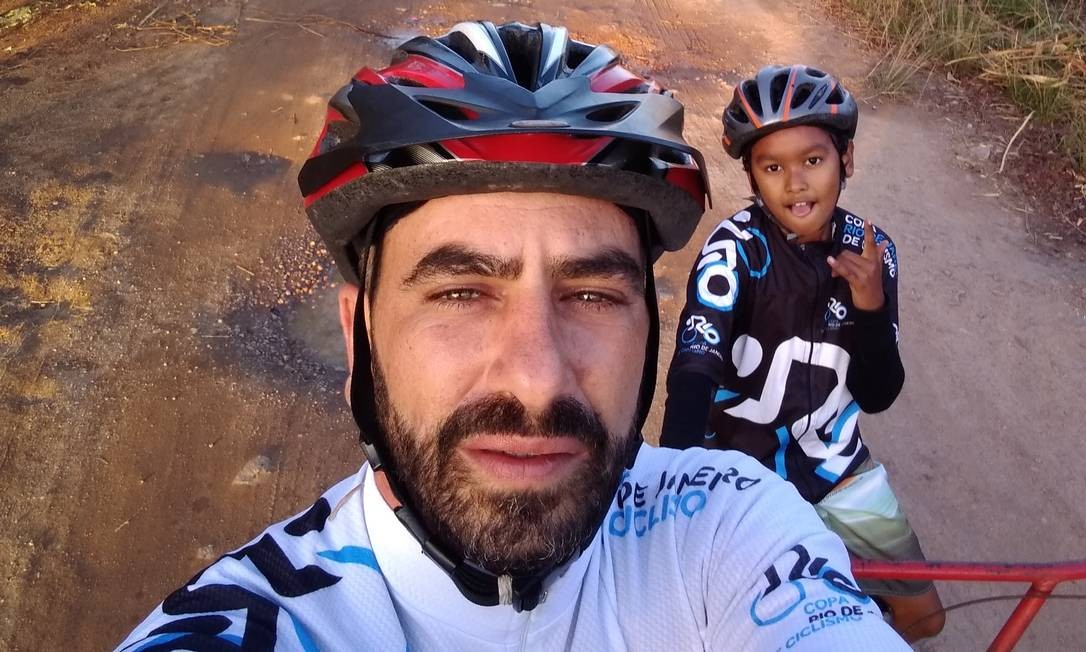 Leandro Tavares é ciclista e doa bicicletas para crianças do Morro dos Macacos, em Vila Isabel Foto: Acervo pessoal