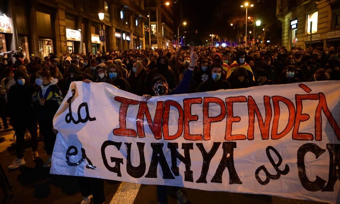 Manifestantes marcham em Barcelona para marcar o aniversário de um ano da condenação de líderes separatistas catalães presos Foto: LLUIS GENE / AFP