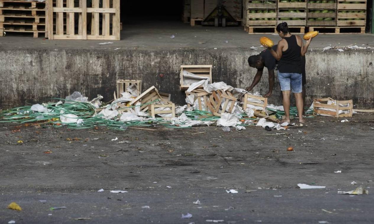 Pessoas recolhem alimento que é jogado fora por comerciantes na Ceasa Foto: Alexandre Cassiano / Agência O Globo - 01/04/2020