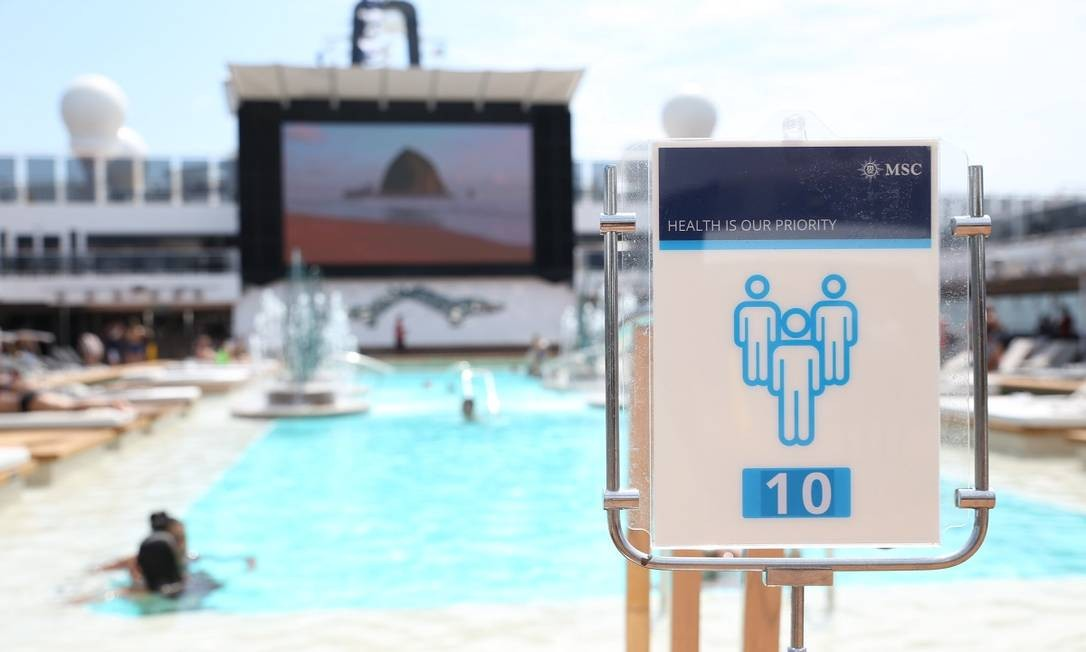 Sinal indica a limitação da capacidade na piscina principal do MSC Grandiosa Foto: MSC / Divulgação