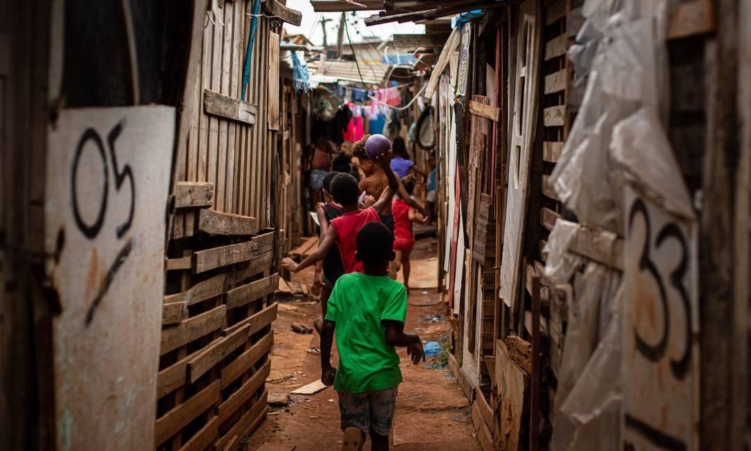 Recuperação lenta. Comunidade na região dos Jesuítas, em Santa Cruz, sem saneamento básico. Pobreza no estado atinge 3,55 milhões de pessoas, que têm renda de até meio salário mínimo Foto: Hermes de Paula / Agência O Globo