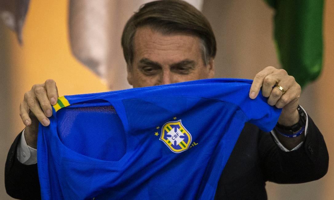 O presidente Jair Bolsonaro coleciona episódios nos quais se aproximou da seleção para colher popularidade Foto: Daniel Marenco