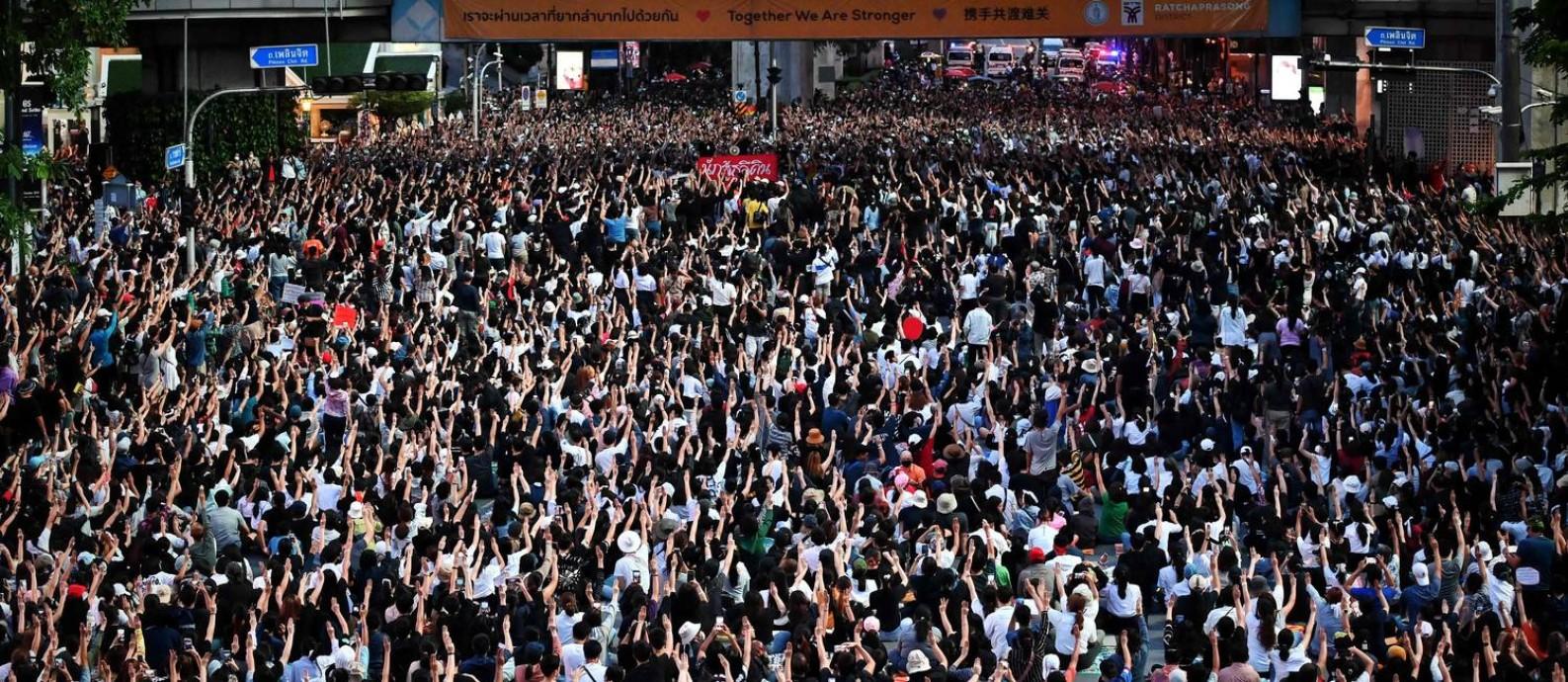 Manifestantes na Tailândia desafiam estado de emergência anunciado pelo governo e ocupam rua da capital Bangcoc Foto: LILLIAN SUWANRUMPHA / AFP