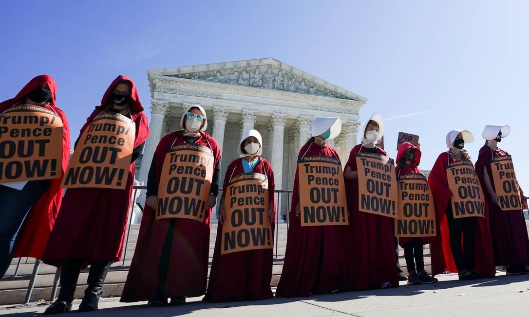 """Manifestantes fantasiados de personagens do seriado """"The Handmaid's Tale"""" se reúnem fora da Suprema Corte dos EUA, enquanto o Comitê de Justiã do Senado realizava o quarto dia de audiências de confirmação para a juíza Amy Coney Barrett, indicada por Trump ao mais alto cargo do judiciário norte-americano Foto: KEVIN LAMARQUE / REUTERS"""